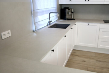 Küchenarbeitsplatte und wandpaneele aus Laminam Calce Grigio
