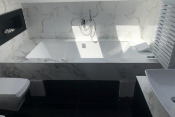 Arbeitsplatte und Badewannenumrandung aus Arabescato Oro poliert